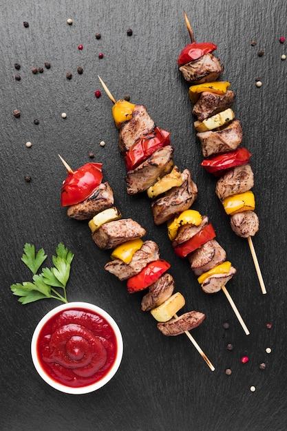 Vista superior de um delicioso kebab com tomate e carne Foto Premium
