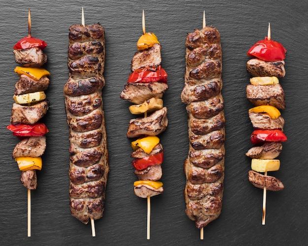 Vista superior de um delicioso kebab com vegetais e carne Foto Premium