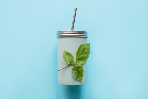 Vista superior de um frasco reusável com uma tampa do metal e uma palha para bebidas do verão. Foto Premium