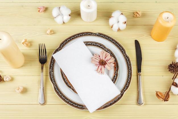 Vista superior de uma mesa de casamento com decorações Foto Premium