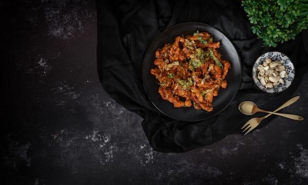 Vista superior de uma tigela de salada de saladas ou castanha de caju em um fundo escuro Foto Premium