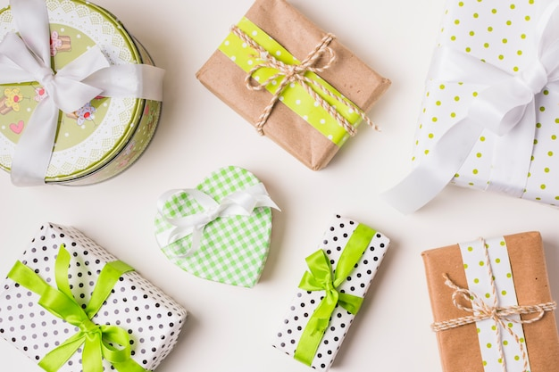 Vista superior de várias caixas de presente embrulhado em papel de design Foto gratuita