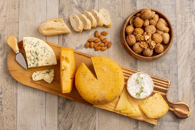 Vista superior de vários queijos com nozes Foto gratuita