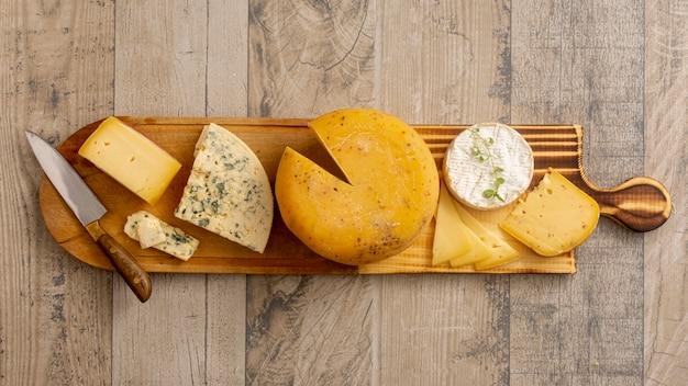 Vista superior de vários queijos em uma mesa Foto gratuita