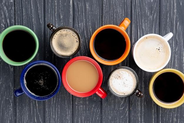 Vista superior de xícaras de café na mesa de madeira Foto gratuita