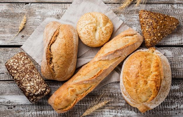 Vista superior deliciosa de pão branco e integral Foto gratuita