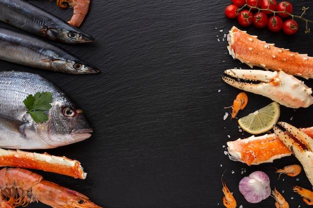 Vista superior deliciosa mistura de frutos do mar Foto gratuita