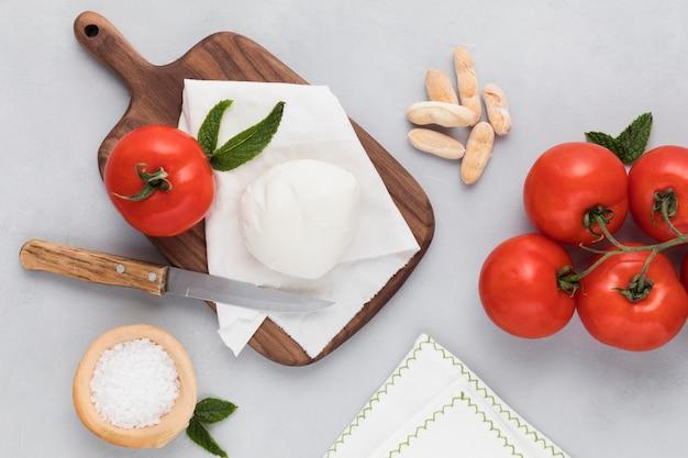 Vista superior deliciosa mussarela e tomate Foto gratuita