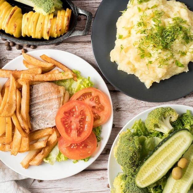 Vista superior deliciosa refeição com batatas Foto gratuita