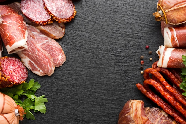 Vista superior deliciosa variedade de carne com espaço de cópia Foto gratuita