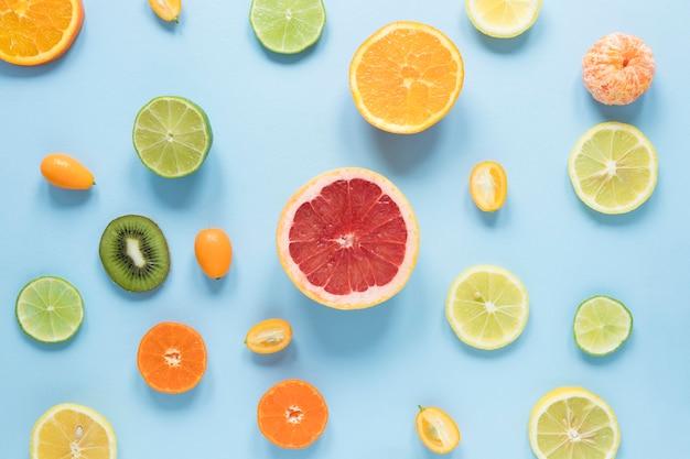 Vista superior deliciosas frutas na mesa Foto gratuita