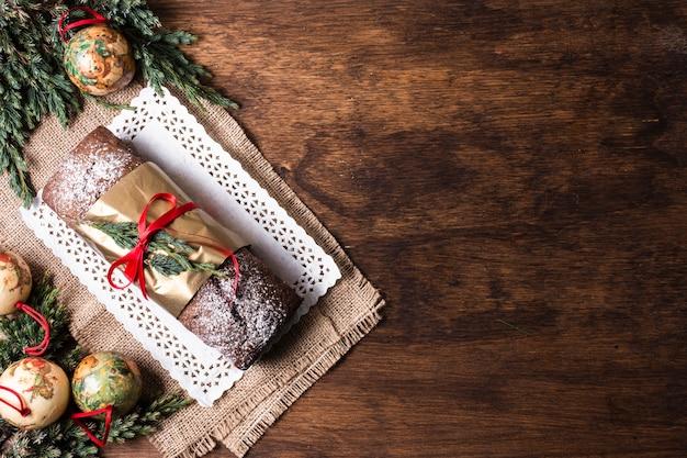 Vista superior delicioso bolo feito para o natal com espaço de cópia Foto gratuita