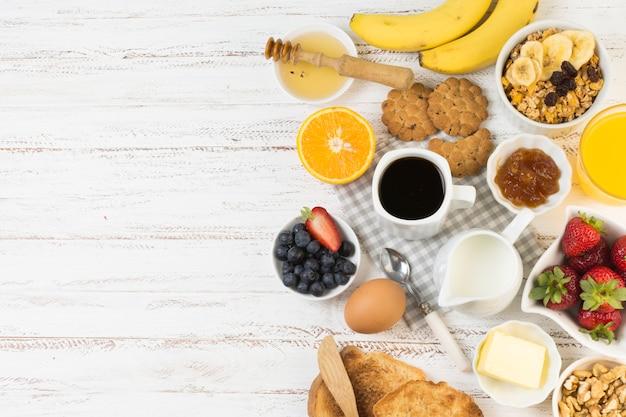 Vista superior delicioso café da manhã Foto gratuita