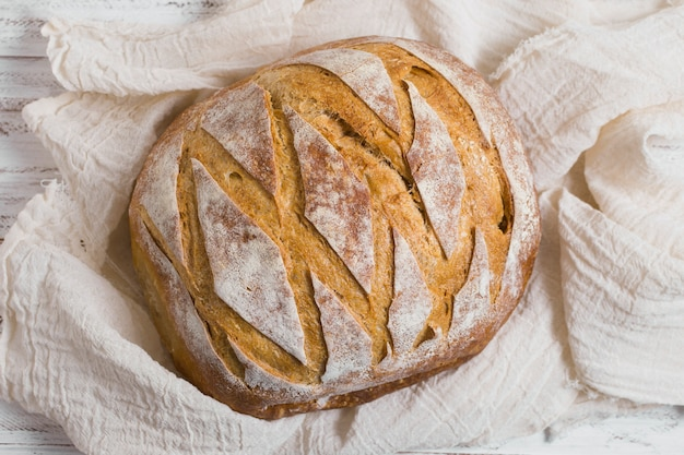 Vista superior delicioso pão assado no pano branco Foto gratuita