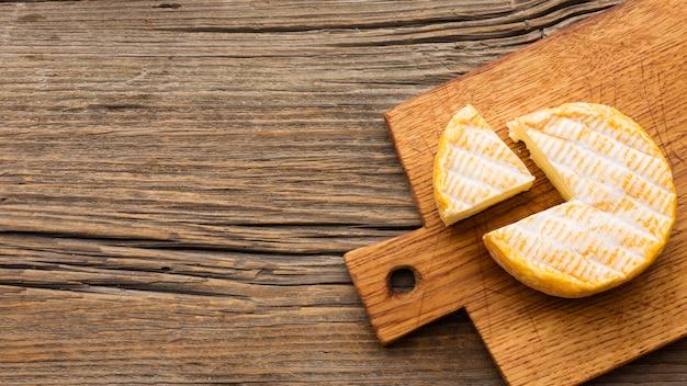 Vista superior delicioso queijo com espaço de cópia Foto gratuita