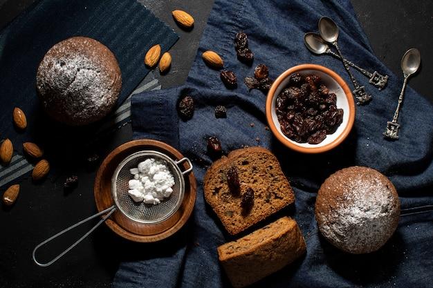 Vista superior deliciosos bolinhos e ingredientes Foto gratuita