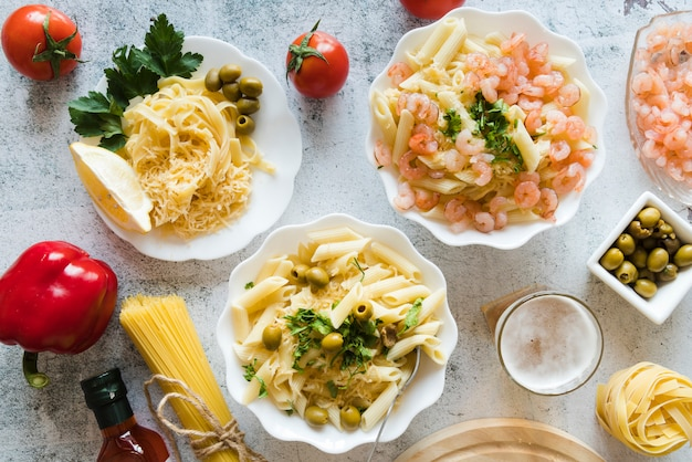 Vista superior deliciosos pratos de massa Foto gratuita