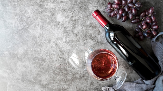 Vista superior deliciosos vinhos e uvas orgânicas Foto gratuita