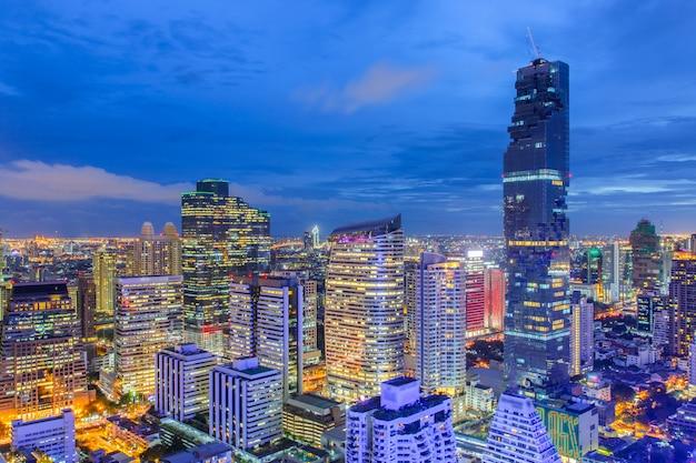 Vista superior distrito financeiro de banguecoque, edifício comercial e centro comercial no sudeste asiático Foto Premium