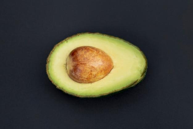 Vista superior do abacate metade com poço Foto gratuita