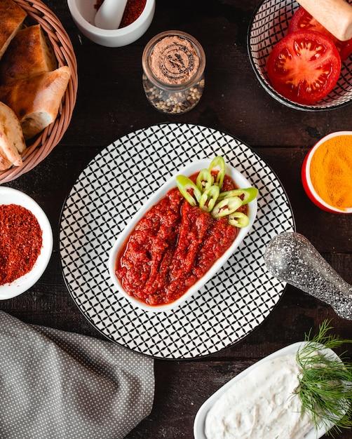 Vista superior do adjika tradicional picante Foto gratuita