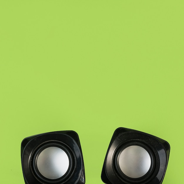 Vista superior do alto-falante sem fio em fundo verde Foto gratuita