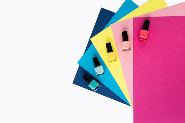 Vista superior do arranjo de cores diferentes de esmalte Foto gratuita