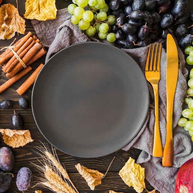 Vista superior do arranjo de frutas com prato Foto gratuita