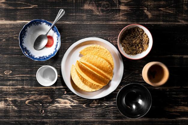 Vista superior do arranjo de ingredientes para taco Foto gratuita