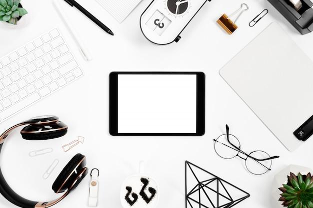 Vista superior do arranjo de papelaria com maquete de tablet Foto Premium