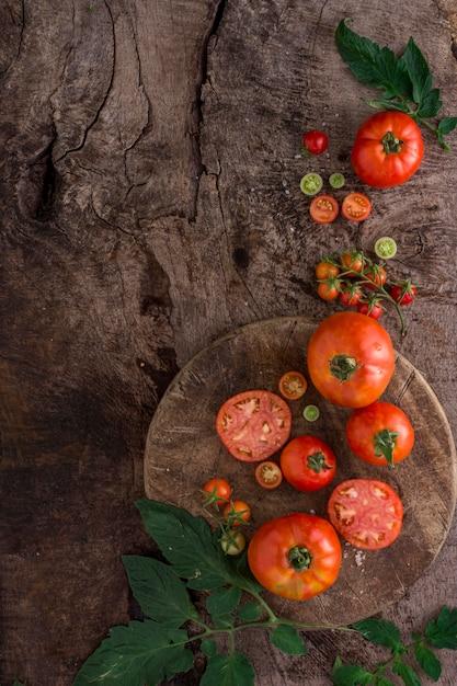 Vista superior do arranjo de tomates frescos Foto gratuita