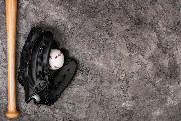 Vista superior do beisebol e luva com espaço de cópia Foto gratuita
