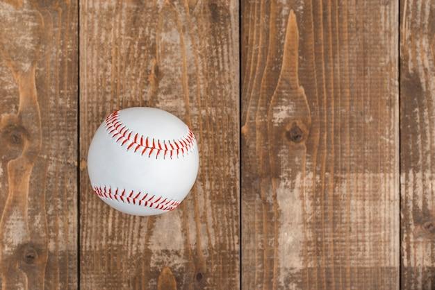 Vista superior do beisebol em fundo de madeira Foto gratuita