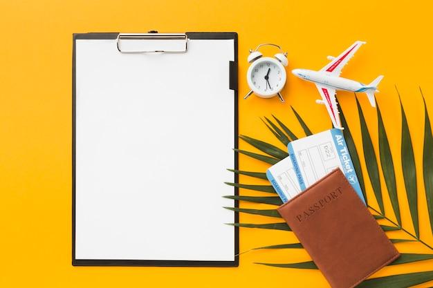 Vista superior do bloco de notas com bilhetes de avião e passaporte Foto gratuita