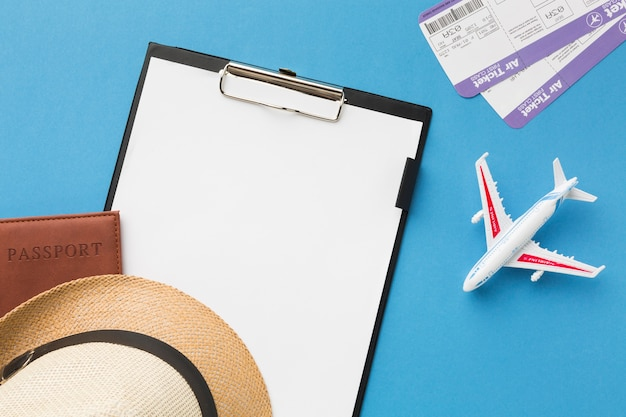 Vista superior do bloco de notas e outros itens essenciais de viagem Foto gratuita