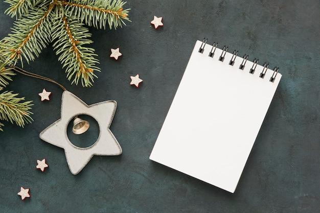 Vista superior do bloco de notas vazio e estrelas Foto gratuita