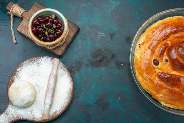 Vista superior do bolo de cereja com farinha de massa e cerejas ácidas no escuro, leve ao forno bolo doce de frutas de cereja Foto gratuita