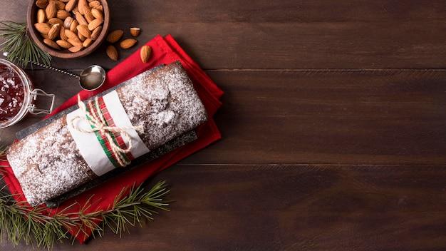 Vista superior do bolo de natal com amêndoas e espaço de cópia Foto gratuita