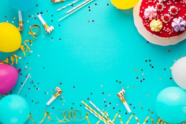 Vista superior do bolo e balões Foto gratuita