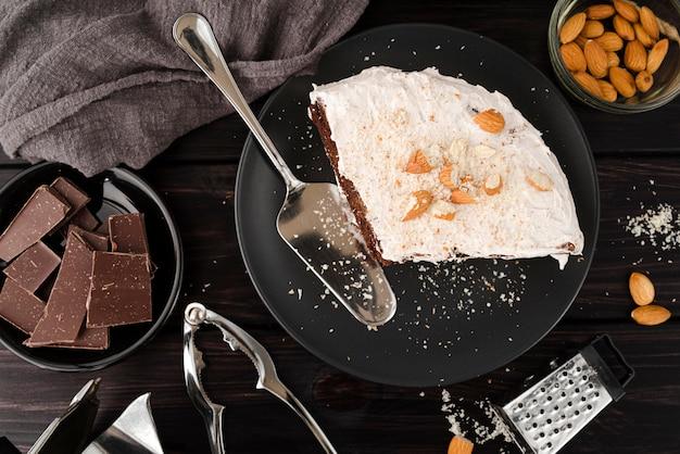Vista superior do bolo no prato com chocolate e amêndoas Foto gratuita