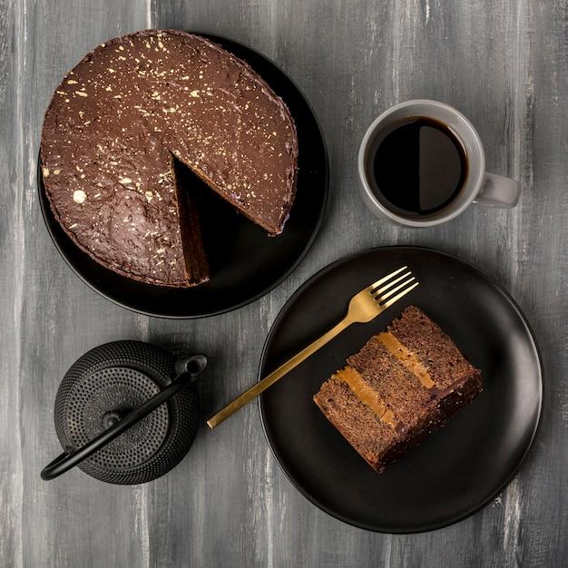 Vista superior do bolo no prato com garfo e café Foto gratuita