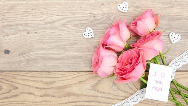 Vista superior do buquê de rosas na mesa de madeira Foto gratuita