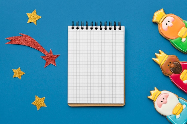 Vista superior do caderno com três reis e estrela cadente para o dia da epifania Foto gratuita
