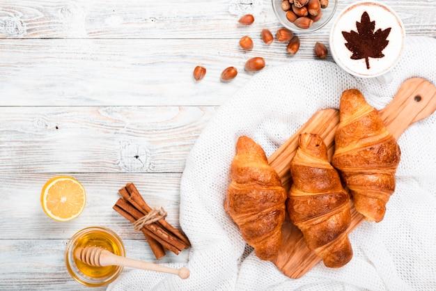 Vista superior do café da manhã croissants Foto gratuita