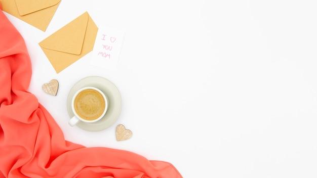 Vista superior do café e envelope com espaço de cópia Foto gratuita