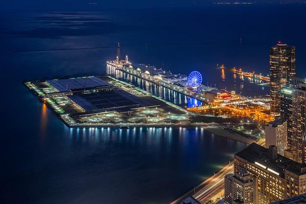 Vista superior do cais da marinha na hora do crepúsculo, ao longo do lago michigan, paisagem urbana de chicago, estados unidos Foto Premium