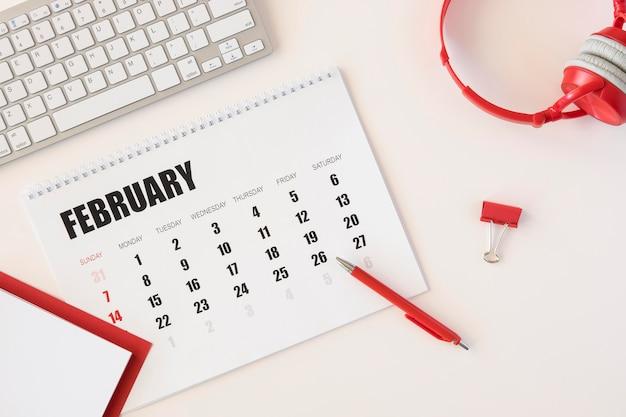 Vista superior do calendário de fevereiro do planejador Foto gratuita