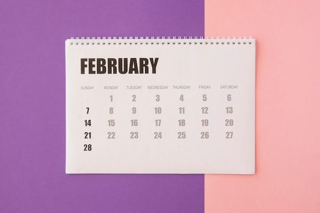 Vista superior do calendário de fevereiro Foto gratuita