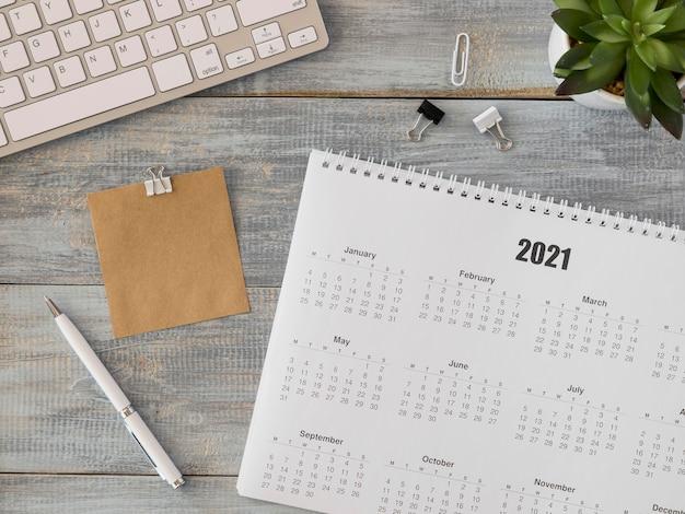 Vista superior do calendário de mesa com planta suculenta Foto gratuita