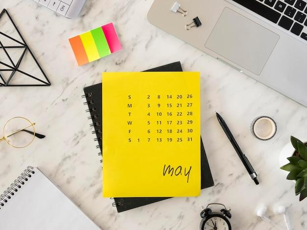 Vista superior do calendário de mesa e notas adesivas Foto gratuita